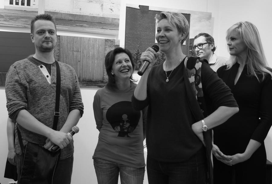 Татьяна Лазарева и Александр Пушной на открытии выставки «Залечь на дно в Брюгге»