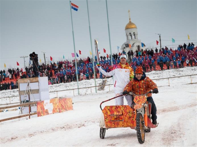 Эстафета Олимпийского Огня в городе Каменск - Уральский, 15 декабря 2013. Фото: http://www.sochi2014.com/