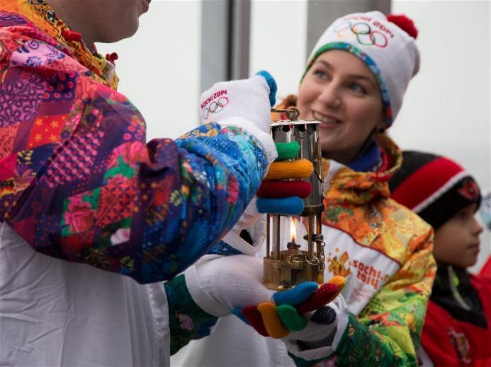 Эстафета Олимпийского Огня в Екатеринбурге, 14 декабря 2013. Фото: http://www.sochi2014.com/