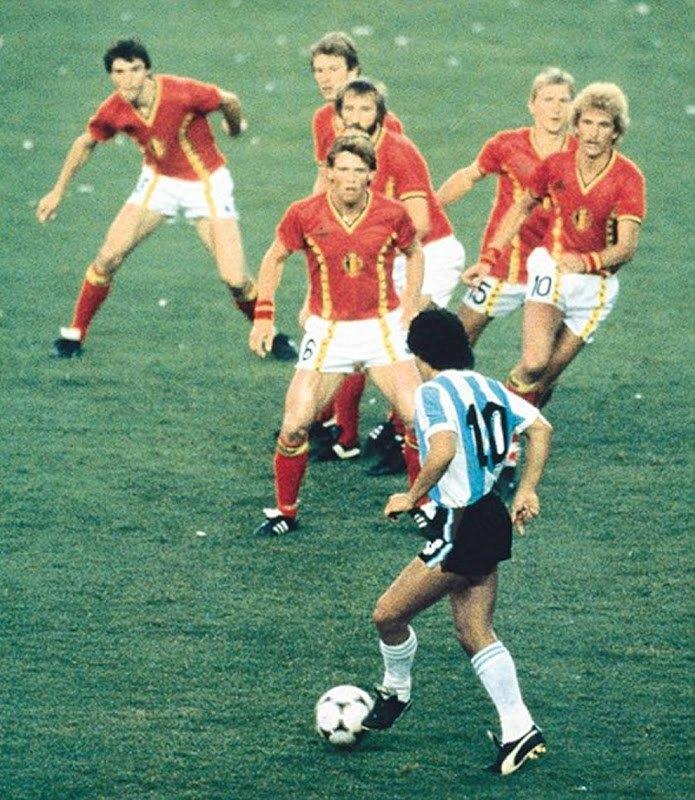 Марадона против шести бельгийских игроков. 1982 год. Стив Пауэлл