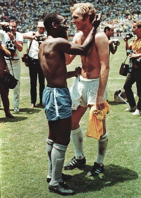 Бобби Мур и Пеле обмениваются футболками. 1970 год. Джон Варлей