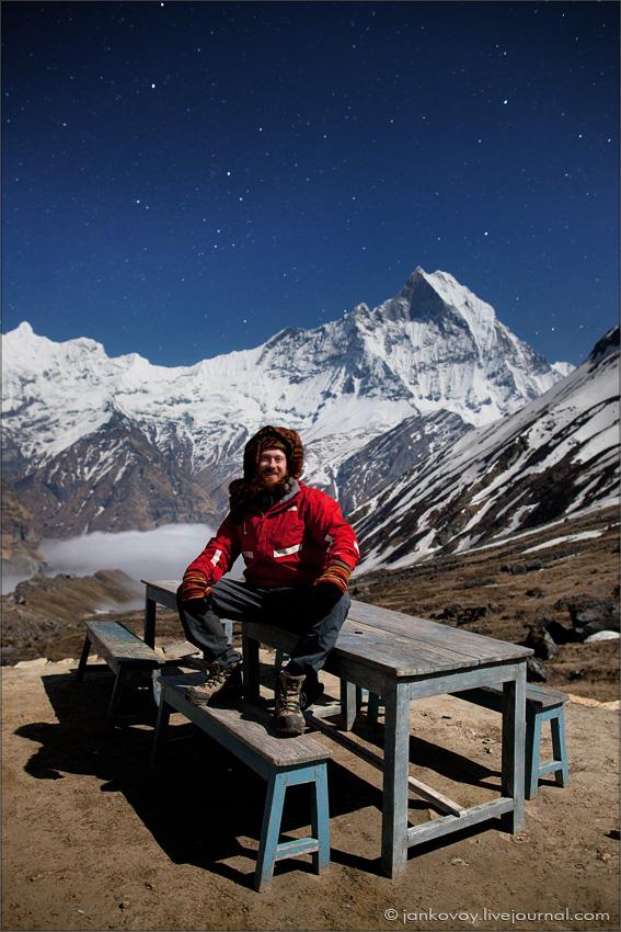 Автопортрет на фоне Мачапучре (6997 м), полнолуние (Непал, Гималаи, базовый лагерь Аннапурны)