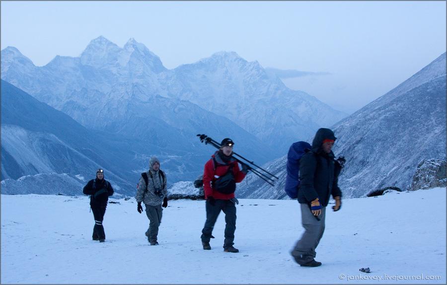 Команда Photo-Travel после ночной съемки (Непал, Гималаи, район Эвереста)