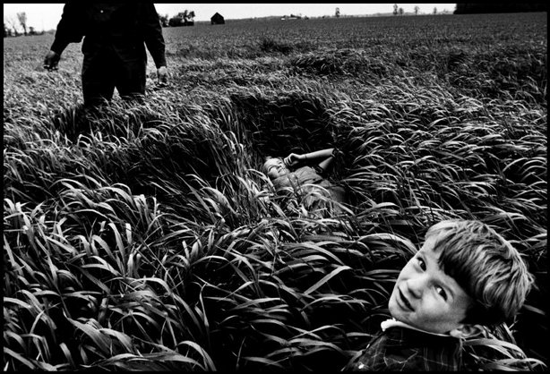 Дети в поле. Фото Ларри Тауэлл (Larry Towell)