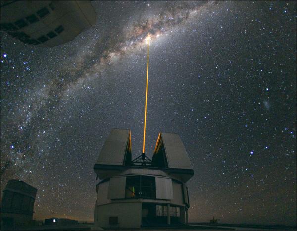 © Юрий Белецкий | Лазер, бьющий из купола Очень большого телескопа (VLT) в Чили. Луч лазера создает искусственную звезду в небе, таким образом астрономы пытаются измерить искажения, вызываемые неспокойной атмосферой Земли