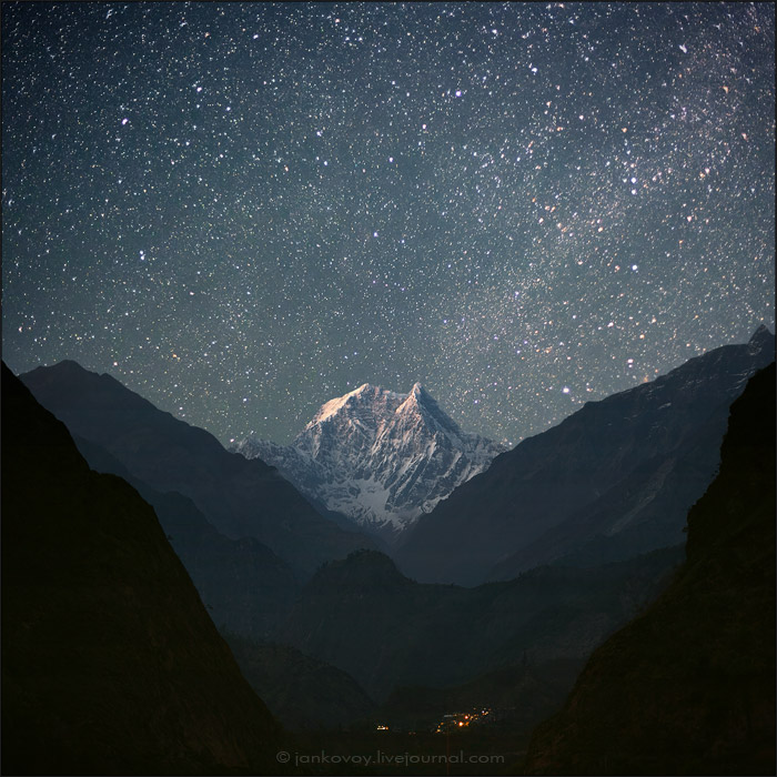 Непал, национальный парк Аннапурна, вид на долину реки Кали-Гандаки с Южной Нилгири (6839 м) на заднем плане, 2011 год | 20 сек., f/1.6, ISO 2000, ФР 50 мм, восходящая луна (Canon EOS 5D Mark II + Canon EF 50 mm f/1.2 L USM)
