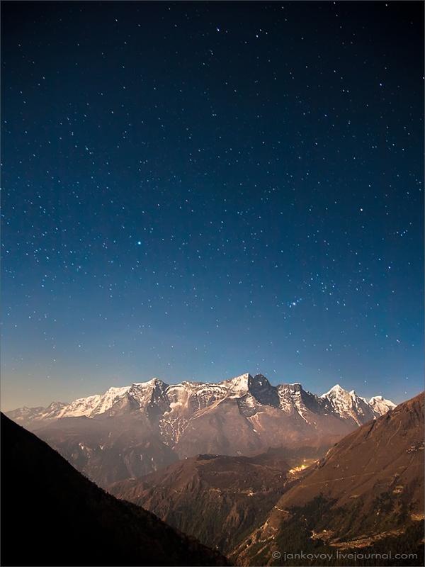 Непал, национальный парк Сагарматха в районе Эвереста, Конгде Ри (6187 м), ~3900 м | 30 сек., f/4, ISO 400, ФР 24 мм, полнолуние (Canon EOS 5D + Canon EF 24–105 mm f/4 L IS USM)