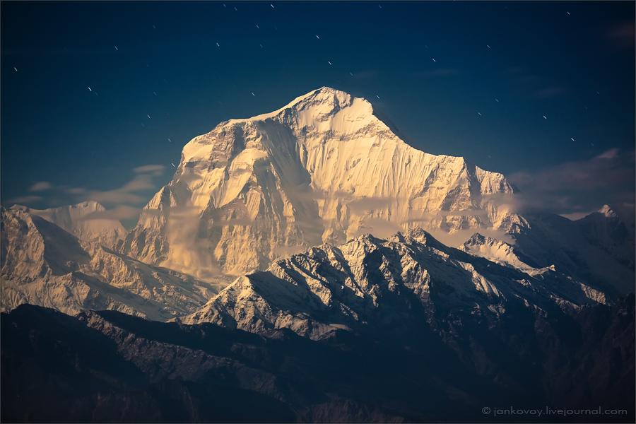 Непал, национальный парк Аннапурна, Дхаулагири (8167 м) в золотистом свете восходящей полной луны, 2010 год | 30 сек., f/2.8, ISO 400, ФР 145 мм, полнолуние (Canon EOS 5D Mark II + Canon EF 70–200 mm f/2.8 L USM)
