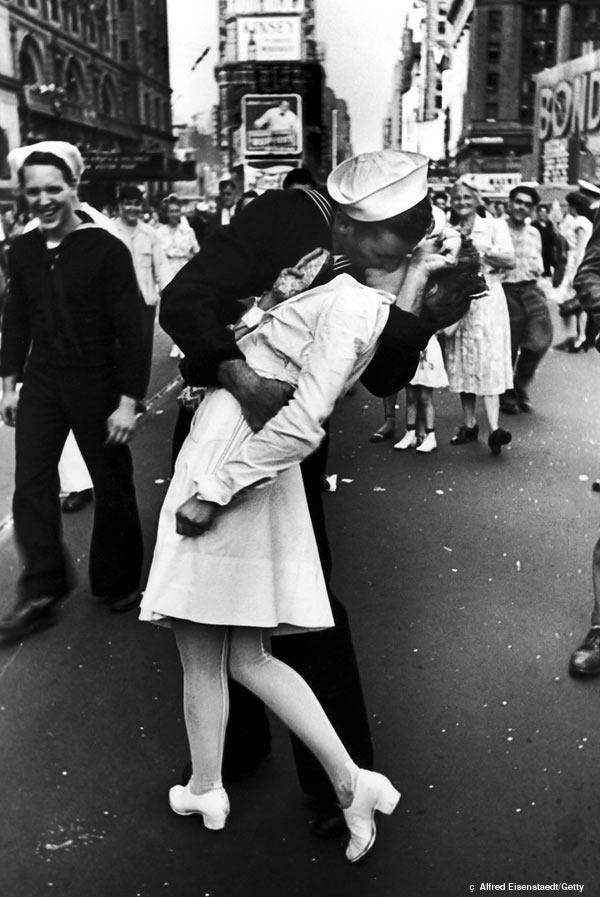 «День победы над Японией на Таймс-Сквер», Альфред Эйзенштадт, 1945 год