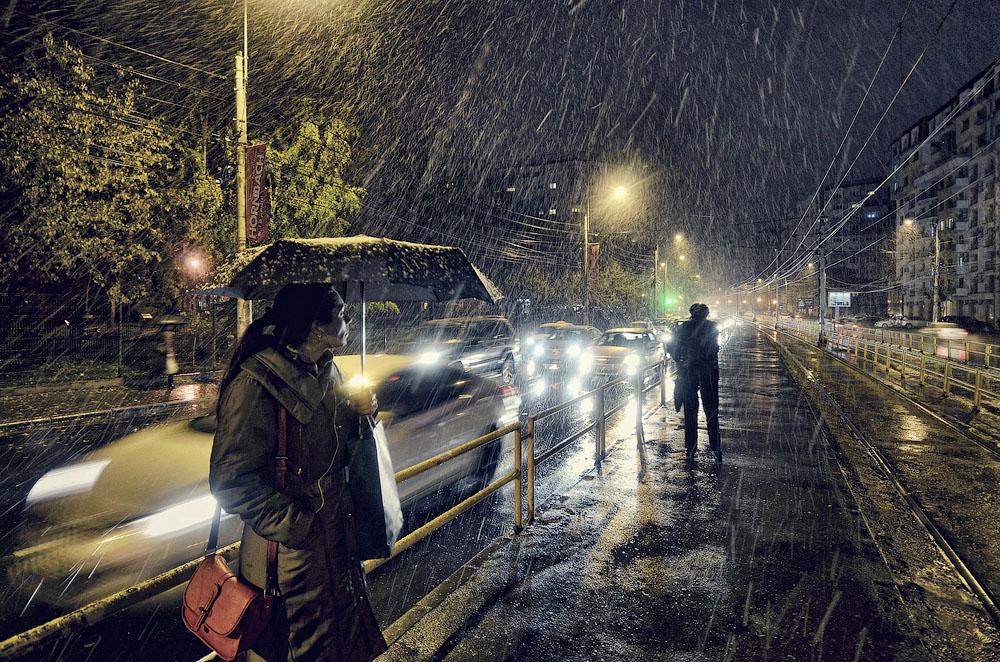 Первый снег. Место съёмки: Бухарест, Румыния. Номинация: Low Light, Open Competition, 1 место. (Vlad Eftenie/2014 Sony World Photography Awards)