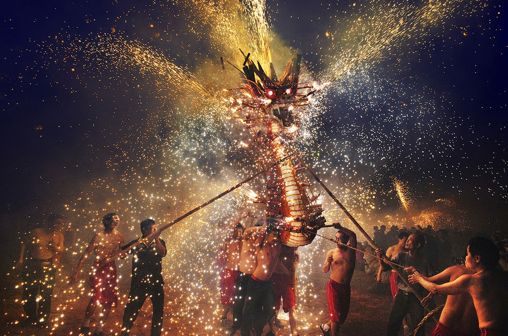 Фестиваль огненного дракона. Место съёмки: Макао, Китай. Номинация: National Awards, Гонконг, 2 место. (Chi Hung Cheung/2014 Sony World Photography Awards)