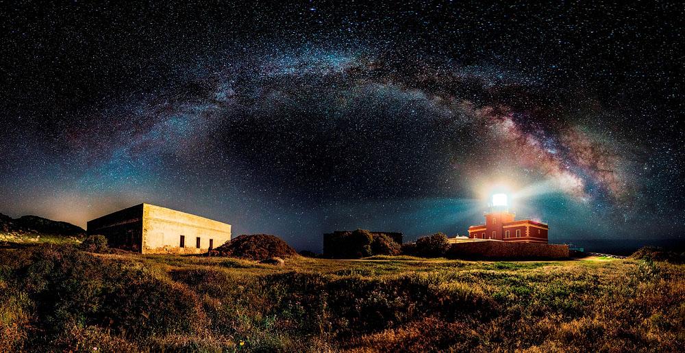 Млечный Путь над маяком. Место съёмки: Капо-Спартивенто, Сардиния, Италия. Номинация: Panoramic, Open Competition, 1 место. (Ivan Pedretti/2014 Sony World Photography Awards)