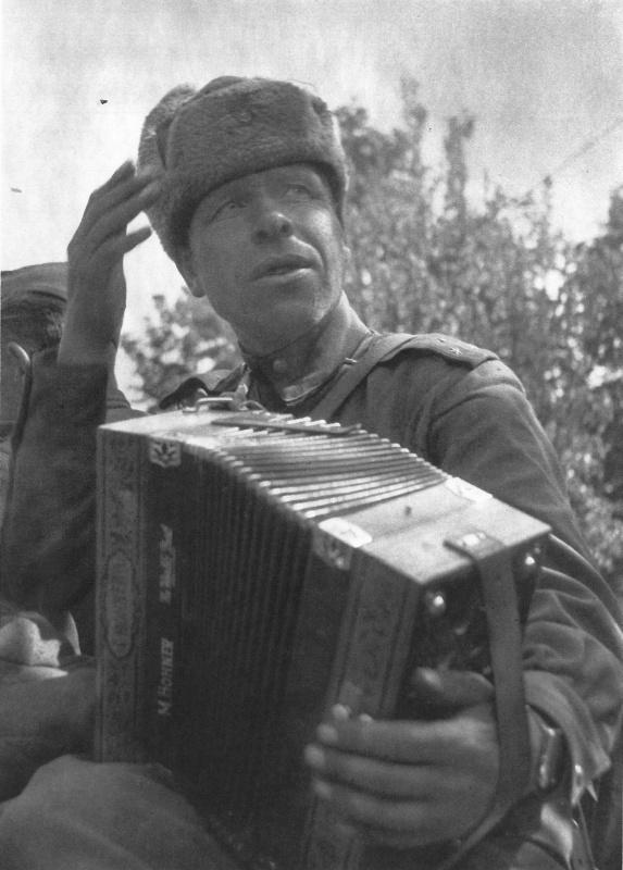Старший лейтенант из состава освободителей Чехословакии с трофейным аккордеоном производства известной немецкой компании Hohner Musikinstrumente. Май 1945 года. Автор: Л. Немечек (L. Nemecek)
