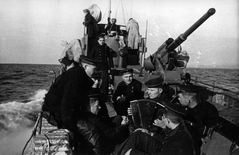 Моряки советского малого охотника СКА-092 слушают гармониста во время похода. Автор неизвестен