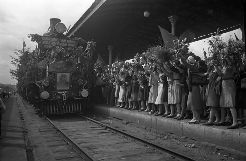 Встреча эшелона с воинами-победителями на Белорусском вокзале в Москве.  Аркадий Шайхет.