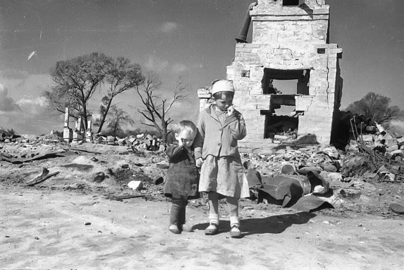 Дети освобожденного города Жиздра — Рая и Гена Щегловы. Август 1943. Автор: Михаил Савин