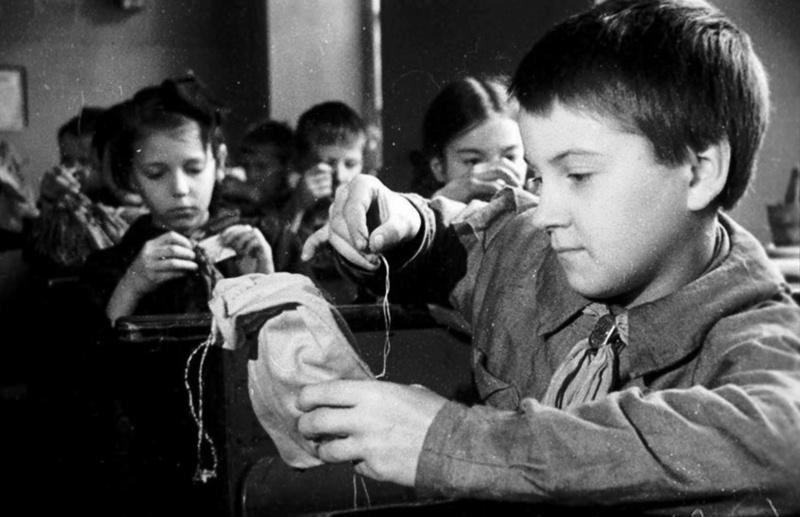 Учащиеся 3-го класса женской школы №216 Куйбышевского района Ленинграда готовят кисеты в подарок фронтовикам. 1943.