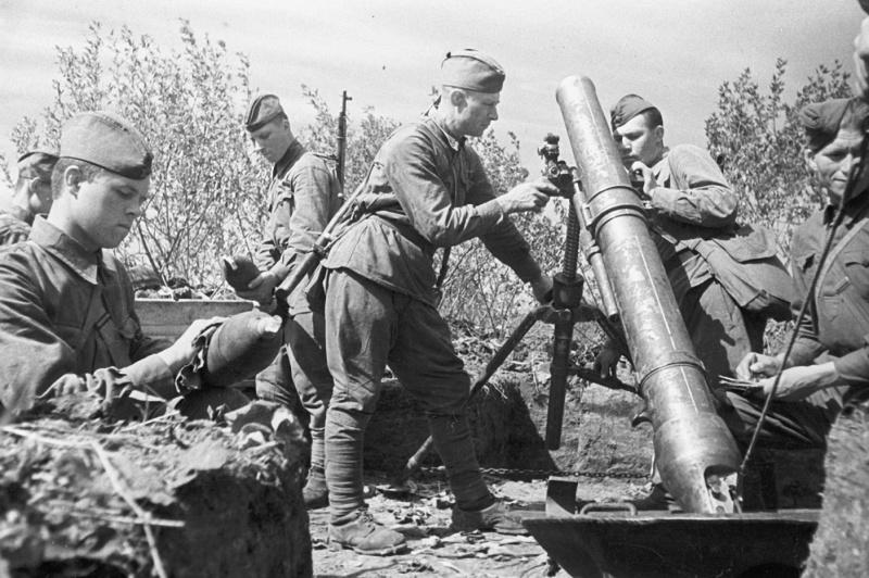 Советские артиллеристы у 120-мм полкового миномета образца 1938 года на позиции на Курской дуге. 1943