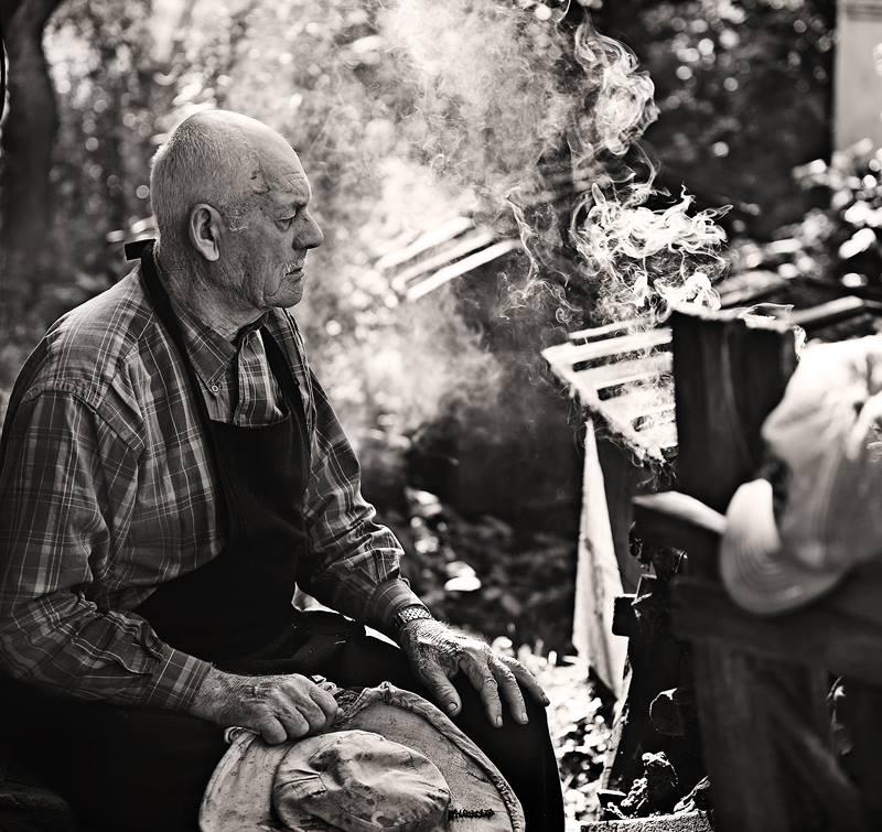 Название фотоработы:  «Пчеловод» Место съёмки: Украина, Изяслав Дата съёмки: 2009 Работа вошла в коллекцию «Цитаты в фотографиях»