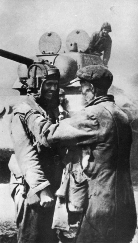 Пожилой житель освобожденного Харькова приветствует советского танкиста у Т-34. Август 1943