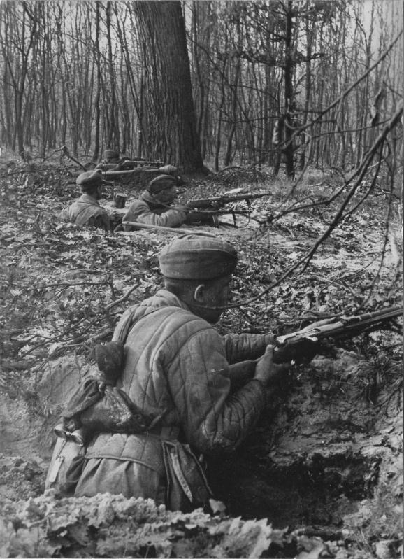 Советские бойцы в окопах на подступах к Берлину. На заднем плане виден трофейный немецкий гранатомет «Панцерфауст». 1945