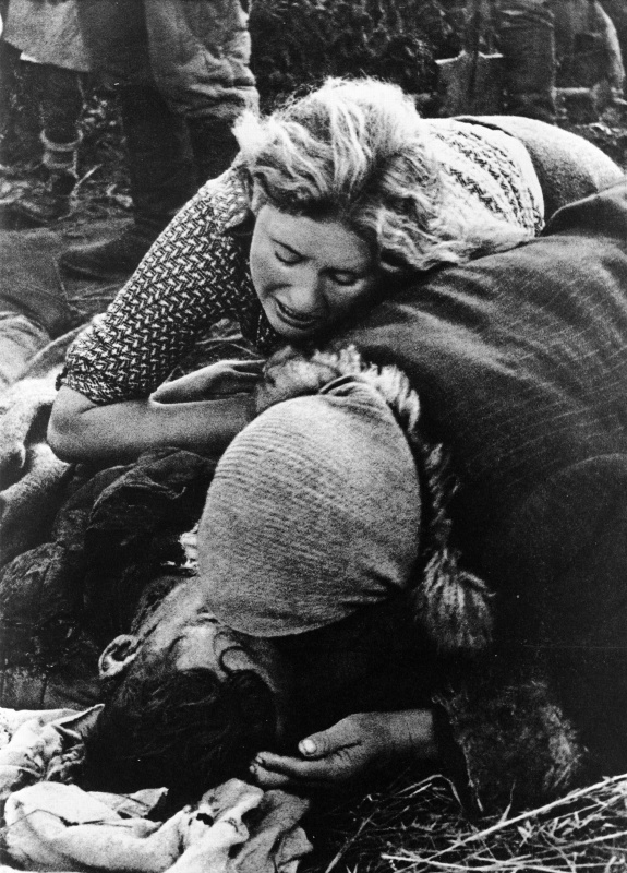 Советские женщины оплакивают жертв гитлеровцев. Авторское название фотографии — «Жертвы фашисткого террора». Василий Аркашев. 1943