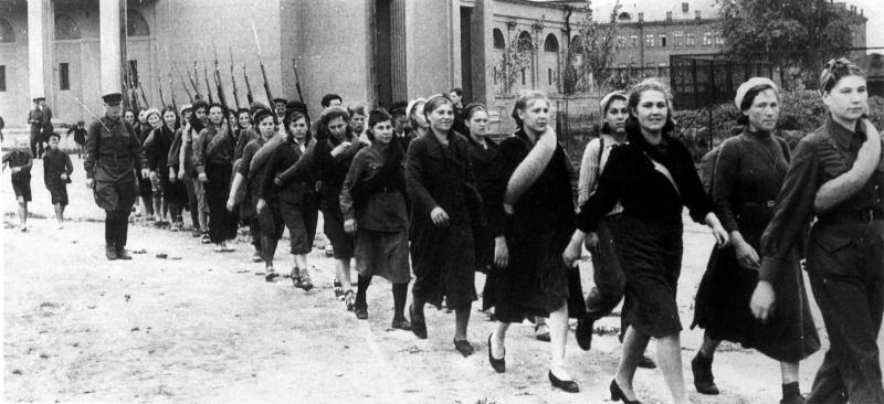 Советские девушки-добровольцы направляются на фронт. Лето 1941 года