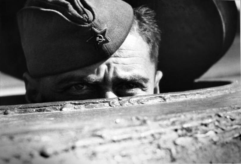 Наводчик советского танка выглядывает из люка своего танка во время битвы за Берлин.  Апрель 1945. Источник: bag-of-dirt.tumblr.com
