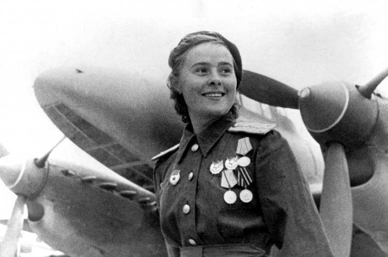 Мария Долина, Герой Советского Союза, гвардии капитан, заместитель командирa эскадрильи 125-го гвардейского бомбардировочного авиационного полка 4-й гвардейской бомбардировочной авиационной дивизии.