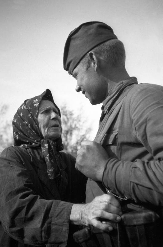 Жительница освобожденного украинского села и советский солдат. Август 1943. Автор: Семен Фридлянд