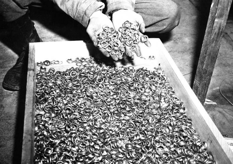 Обручальные кольца, обнаруженные американскими солдатами 5 мая 1945 г. в Бухенвальде.  5 мая 1945