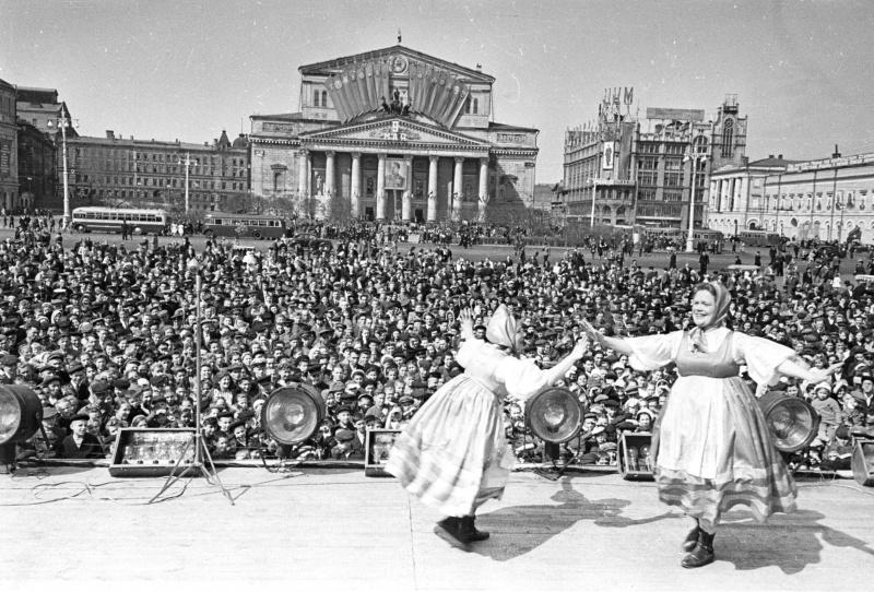 Празднование Победы в Великой Отечественной войне на площади Свердлова (ныне Театральная) в Москве.  Май 1945. Автор: Яков Рюмкин