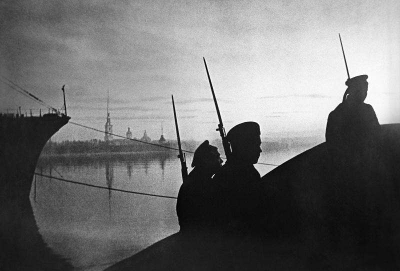 Трое матросов идут по Эрмитажном мосту в Ленинграде.  1941