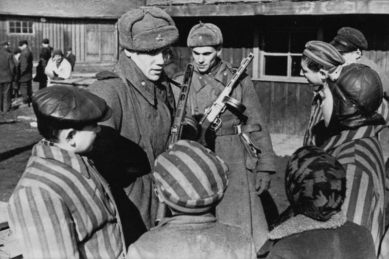 Советские солдаты общаются с детьми, освобожденными из Освенцима. Освенцим, Польша. Январь 1945
