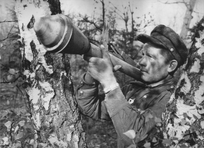 Советский солдат готовится выстрелить из фаустпатрона (Panzerfaust). В руках солдата одна из модификаций фаустпатрона Panzerfaust 60M или Panzerfaust 100M.