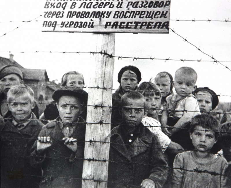 Советские дети-узники 6-го финского концлагеря в Петрозаводске. Во время оккупации Советской Карелии финнами в Петрозаводске было создано шесть концлагерей для содержания местных русскоязычных жителей. Лагерь №6 размещался в районе Перевалочной биржи, в нем держали 7000 человек. Фотография сделана после освобождения Петрозаводска советскими войсками 28 июня 1944 года. Этот снимок представлялся в составе доказательств на Нюрнбергском процессе над военными преступниками. Источники информации о фото: pobeda.gov.karelia.ru,  www.sch10ptz.ru