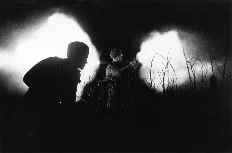 Старший сержант И. Киреев стреляет из трофейного немецкого гранатомета «фаустпатрон» во время ночного боя в городе Бреслау. 1-й Украинский фронт. Дмитрий Бальтерманц. 31.03.1945