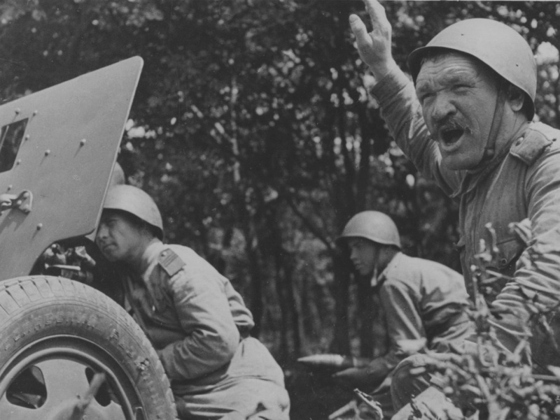 Командир советской 76-мм дивизионной пушки образца 1942 года ЗиС-3 отдает команду расчету. 1943. Источник: www.nationaalarchief.nl.