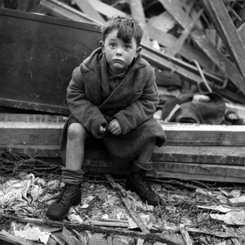 Лондонский мальчик на развалинах своего дома, где погибли его родители после попадания немецкой ракеты Фау-2. Январь 1945. Автор: Тони Фрисселл (Toni Frissell)