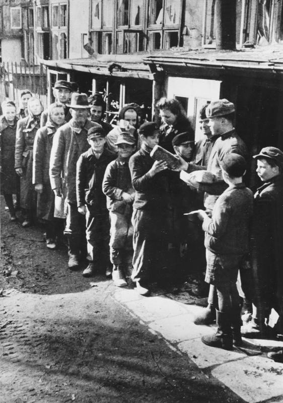 Советские солдаты раздают хлеб жителям немецкого города Бреслау. 1945.