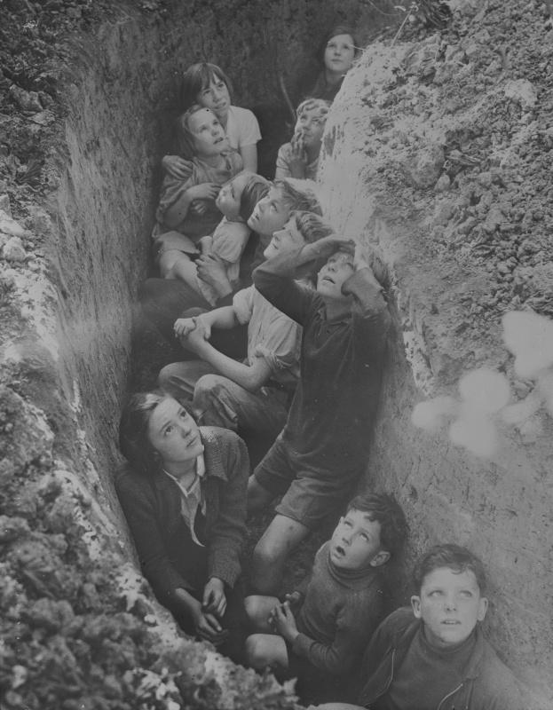 Британские дети ждут отмены воздушной тревоги. 1940 год. Автор: Джон Тофэм (John Topham)