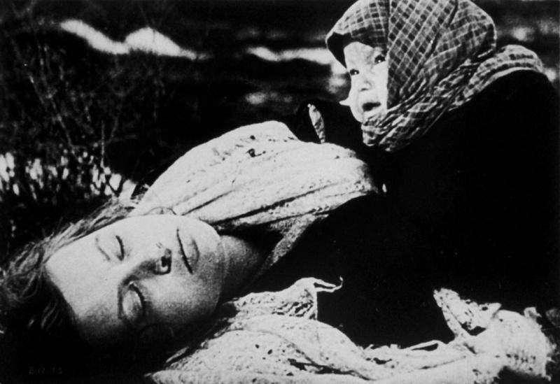 Советский ребенок, плачущий над телом своей погибшей матери. Кадр из советского фильма времен войны, в котором показывались преступления гитлеровцев. Источник информации о фото: images.google.com