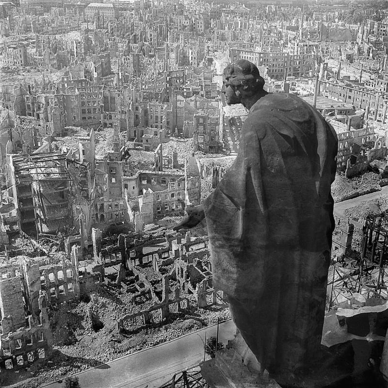 Вид с городской ратуши Дрездена на руины города после англо-американских бомбардировок в феврале 1945 года. Справа, скульптура Августа Шрайтмюллера (August Schreitmueller) — «Добро».