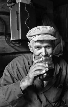 Юрий Рост. Тракторист пьет чай из банки. Архангельская область, Россия