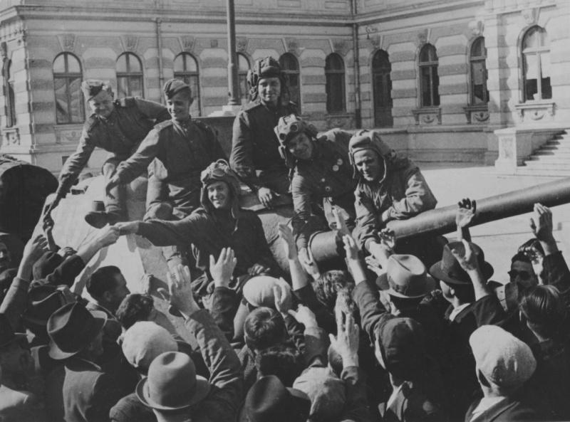 Жители Бухареста приветствуют советских солдат, сидящих на броне истребителя танков СУ-85. Источник: www.nationaalarchief.nl. Бухарест, Румыния. 23.09.1944. Автор: Михаил Трахман