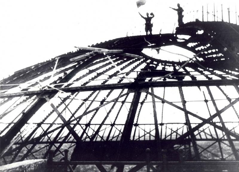 Советские солдаты с флагом на крыше разрушенного здания Панорамы «Оборона Севастополя» в освобожденном Севастополе. 1944. Автор: Борис Шейнин