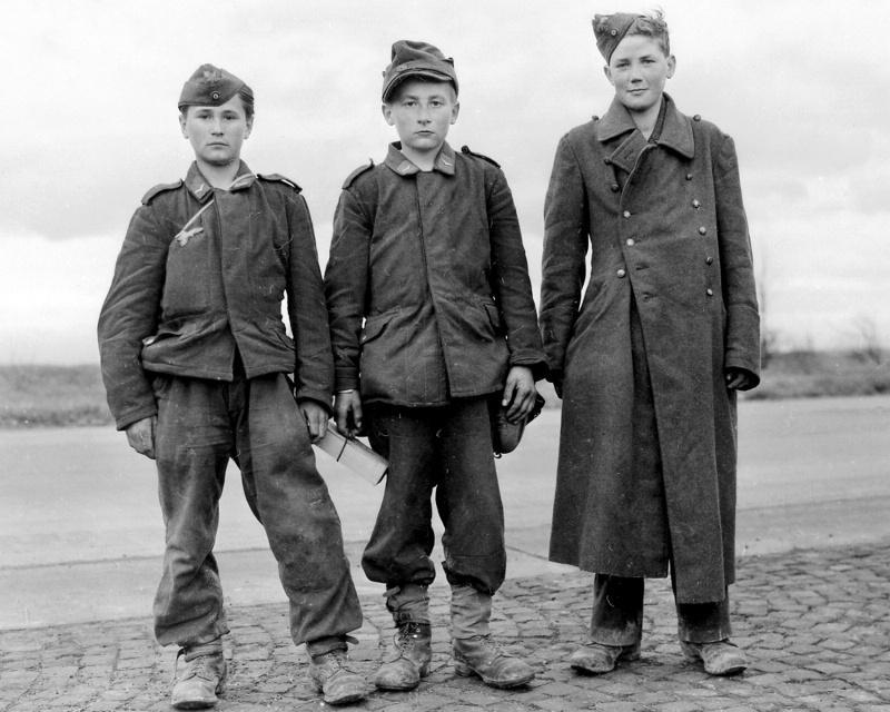 Юные 15-летние немецкие солдаты зенитной артиллерии «флакхелферы», взятые в плен 6-й танковой дивизией США в Гиссене, Германия. 29 марта 1945 года.