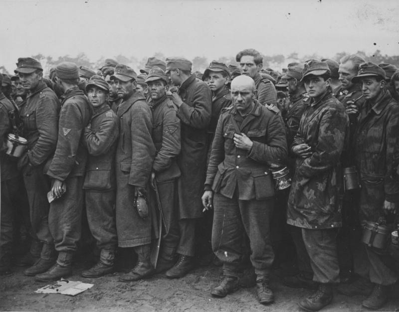 Немецкие военнопленные в Нидерландах в очереди за едой. 1944