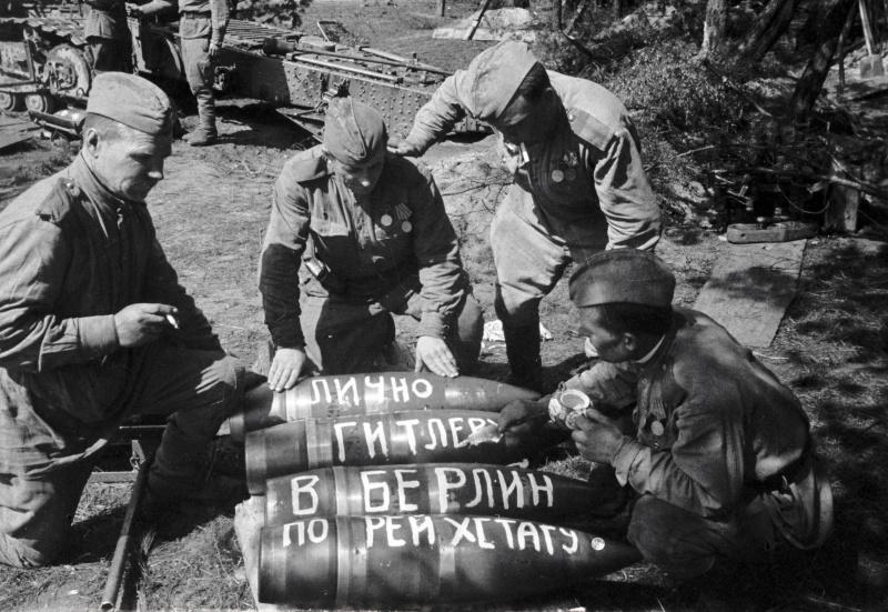Советские артиллеристы пишут на снарядах «Гитлеру», «В Берлин», «По Рейхстагу». Германия.  01.05.1945. Автор: Олег Кнорринг
