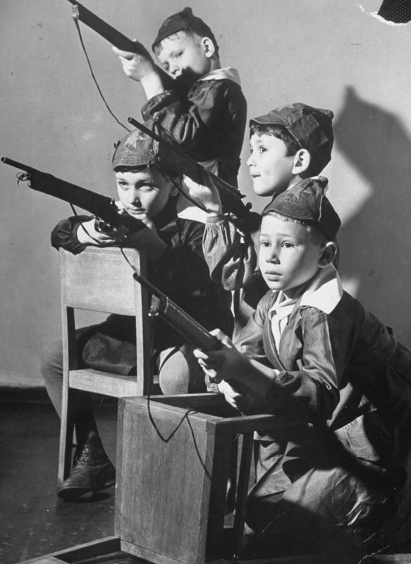 Воспитанники одного из московских детских садов играют в войну. 1941. Автор: Маргарет Бурк-Уайт. Источник: skif-tag.livejournal.com.
